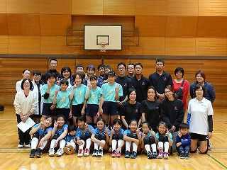 少女バレーボールチームと記念撮影